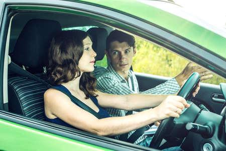 ●女性初心者の車の中で運転するインストラクター指導運転。教習所でのレッスン。
