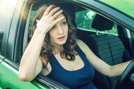 화가 차에 좌절 된 여자 드라이버입니다. 그 싸움과 불만.