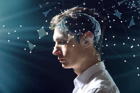De hoofdman van het man met digitale hersenen en de netverbindingen van neuronen. Het concept van kunstmatige intelligentie en de grenzeloze mogelijkheden van de geest Stockfoto
