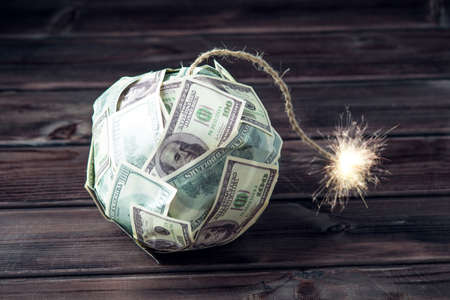 Grote bom geld honderd dollarbiljetten met een brandende lont. Weinig tijd voor de explosie. Het concept van financiële crisis Stockfoto