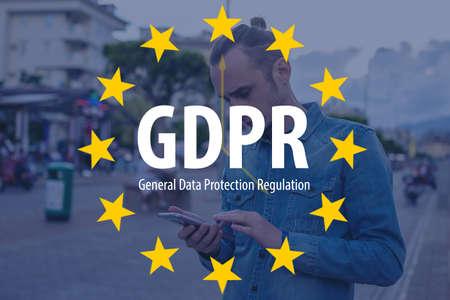 일반 데이터 보호 규정 GDPR. 한 남자가 휴대 전화를 사용하는 백그라운드에서 EU 플래그가있는 텍스트