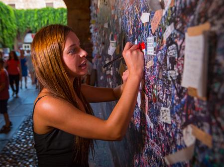porn: Верона, Италия - 24 июля, 2015: Порно-звезда Анджелина Doroshenkova известный как Алли Breelsen делает желание в любви стене дома Джульетты в Вероне. Анджелина является первым русским порноактрисы, который стал широко известен в Европе. Несколько лет назад она была overachi