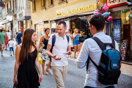 conversaciones: Verona, Italia - 24 de julio de 2015: Porn-estrella Angelina Doroshenkova conocido como conversaciones aliado Breelsen con periodistas de la televisión por primera vez. Angelina es la primera actriz porno rusa, que llegó a ser bien conocido en Europa. Hace pocos años era estudiante overachieving