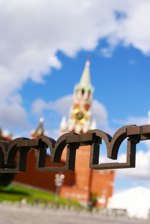 Figure chain fence in front of the Spasskaya tower of the Moscow Kremlin Stok Fotoğraf