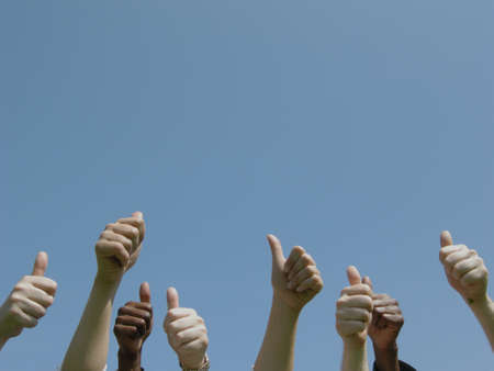 thumbs up group: pollice altamente estese come espressione del consenso Archivio Fotografico