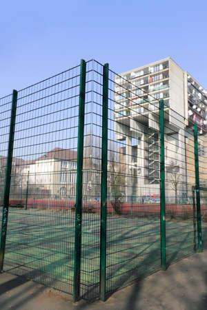 prefabricated buildings: Panel con un campo de deportes