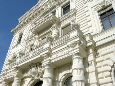 stucco facade: Facciata in stucco bianco