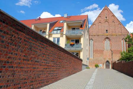 prefabricated buildings: Muro, nuevo edificio y la iglesia