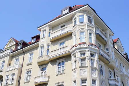 stucco facade: Ristrutturato vecchio edificio