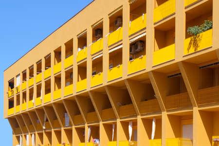 prefabricated buildings: placa amarilla Foto de archivo