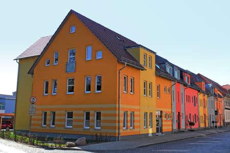 apartment market: Colorido fila de casas Editorial