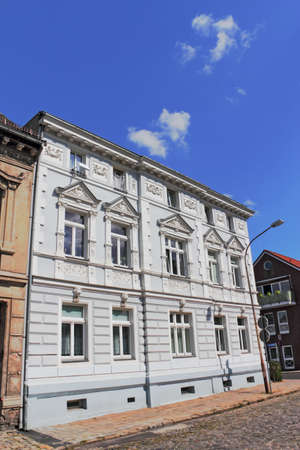 apartment market: antiguo edificio Editorial