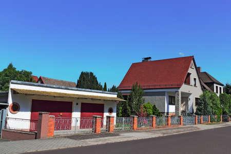stay nice: Casa con garaje  Foto de archivo