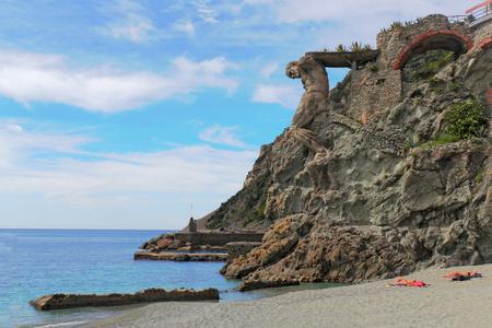 yegua: Playa de Monterosso al Mare Foto de archivo