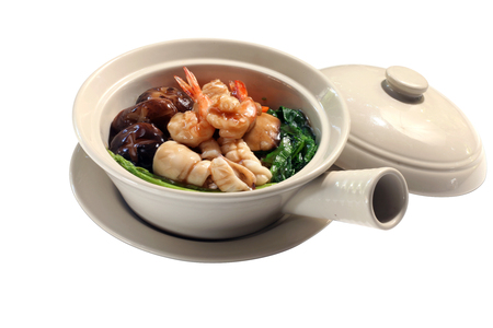 rad: Thai stir fried noodle with seafood in gravy sauce served in clay pot (Rad Nha Seafood) Stock Photo