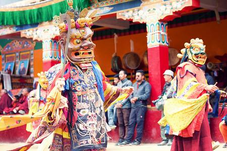 5e0a9030f LAMAYURU, INDIA - JUNE 22, 2017: Unidentified buddhist lamas dressed in  mystical mask