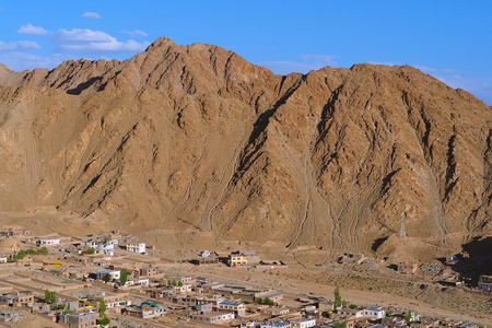 Village build up to the mountain at Leh Ladakh, India Foto de archivo