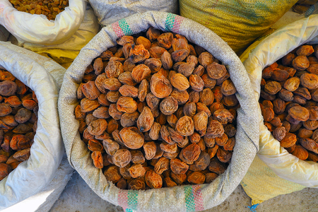 Heap of very dried apricots in bag on street market in Leh Ladakh, India Banque d'images
