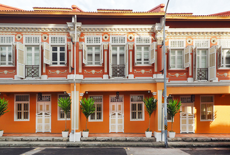 Singapore - JUNE  17 2015: Singapore local vintage buiding with orange color theme in Chinatown Singapore 에디토리얼