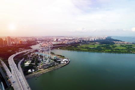 Luftaufnahme der Stadt Singapur mit der Autobahnbrücke und dem Singapurflieger zur Abendzeit