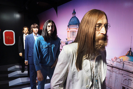 Bangkok, Thailand - SEPTEMBER 19 2016: Selective focus photography of The Beatles Band on the Row with John Lennon in front. at Madame Tussauds, Bangkok Thailand 新聞圖片