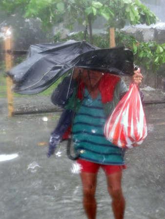oorzaken: Baloy Long Beach, Luzon, Filippijnse Eilanden - september 2011 - Typhoon Pedring, een van de vele die zich voordoen in het noorden van de Filippijnen, leidt tot grote wind-en waterschade.