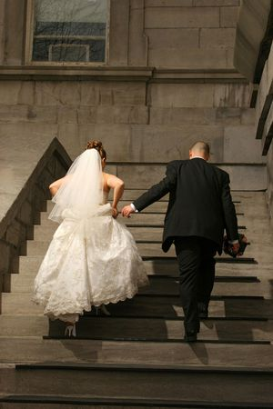 mariage: bride and groom to the sky