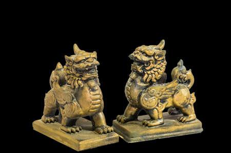 talism�n: Estatuilla talism�n chino fondo negro Foto de archivo