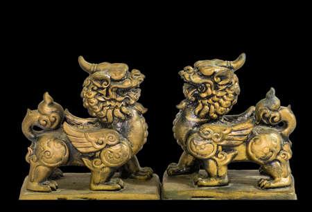talism: Estatuilla talism�n chino fondo negro Foto de archivo