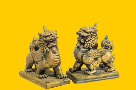 talism: Estatuilla talism�n chino fondo amarillo Foto de archivo