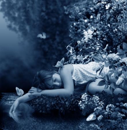 niño abrigado: Chica duerme al lado de la quebrada  Foto de archivo