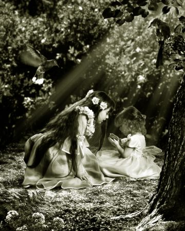 Twee jonge meisjes hebben gevonden in tuin genesteld. Ze willen hem te helpen. De fotografie is gemaakt in de studio. Na verwerking in editor. Alle details op foto nemen uit het persoonlijke archief