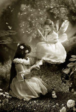 De Sprookjesmaaltijden nacht. Twee jonge meisjes proberen de kleine schoenen en lachen.