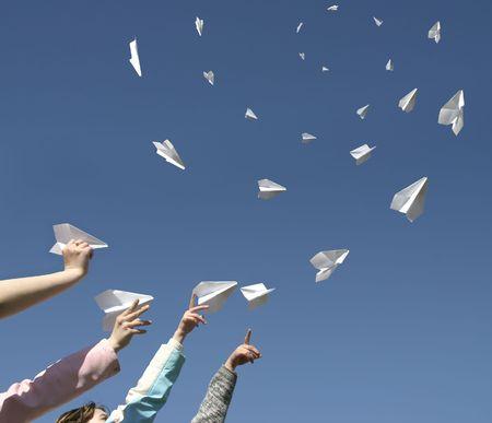 papierflugzeug: Die H�nde nach oben werfen Papier Flugzeuge.