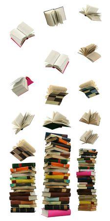 De boeken bovenhandse vallen en worden gevormd in hoge stapels op de witte achtergrond. Stockfoto
