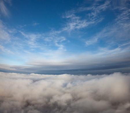 Luchtfoto van de top naar de bewolkte ruimte.