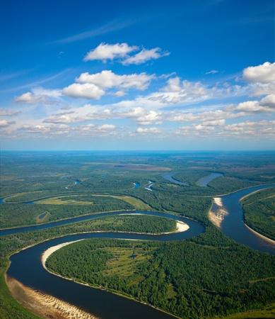 Luchtfoto van de rivier bos over de zomer bossen tijdens een vlucht.