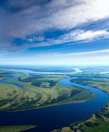 Luchtfoto van de rivier de uitvoering van de lus in de loop van de bewolkte dag van de herfst.