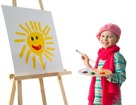Vrolijke kleine jongen staande op de ezel. Jonge kunstenaar houdt in zijn handen het palet met verf. Hij schildert de zon. Stockfoto