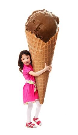 helados en cono: Niña alegran el gran helado que tienen en sus manos. En el fondo blanco.