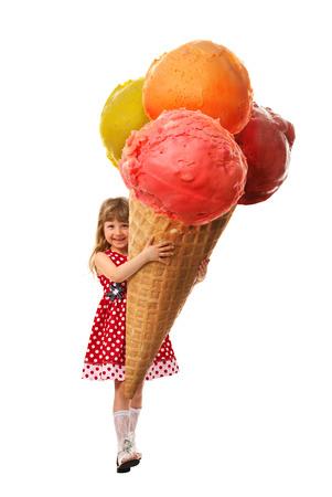 어린 소녀가 흰색 배경에 그녀의 손에 보유하고있는 매우 큰 아이스크림을 기뻐