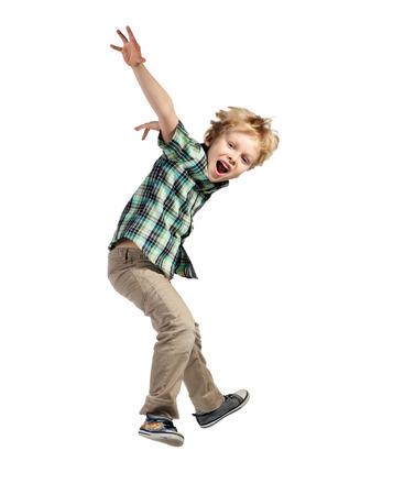 Gelukkig weinig jongen springen geïsoleerd op witte achtergrond