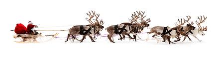 Paseos de Papá Noel en un trineo de renos. Él se apresura a dar los regalos antes de Navidad.