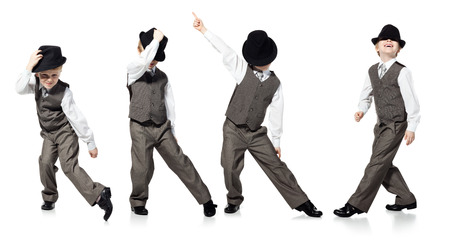danza moderna: Ni�o peque�o, que se ve�a como hombre de negocios, est� bailando en el fondo blanco Foto de archivo