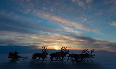 â      sledge: Paseos de Papá Noel en un trineo de renos en el fondo la puesta del sol de Navidad. Se apresura a dar los regalos antes de Navidad. Foto de archivo