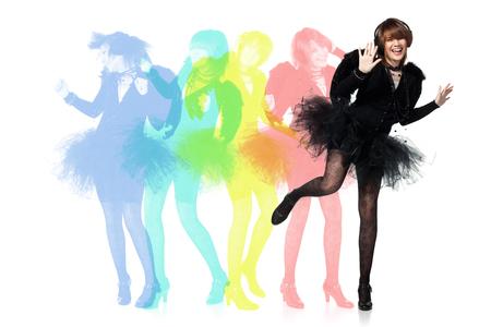 tänzerin: Teenager-Mädchen tragen Kostüm des schwarzen Engel tanzen während Maskerade Partei, isoliert auf weißem Hintergrund. Lizenzfreie Bilder