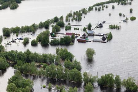 Büyük nehir çevresinde sular altında evler