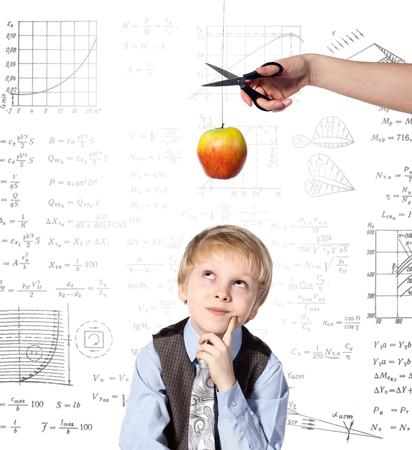 Jongetje droomt. De hand van de vrouw met een schaar gaat om de draad te snijden, op de wat vaste appel. Het appel van Newton.