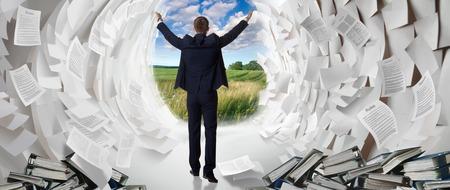 オフィス ワーカーは、モーセとして紙海の通路を作成します。仕事ハード ビジネスマンは、問題の解決策を検索します。 写真素材