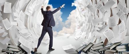 Employé de bureau crée un passage dans une mer de papier comme Moïse. Travaillez dur d'affaires trouve une solution au problème.